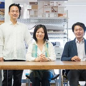 同じ建築設計事務所出身の3人が、独立後、コンペ参加を通じて融合。強いパートナーシップでものづくり