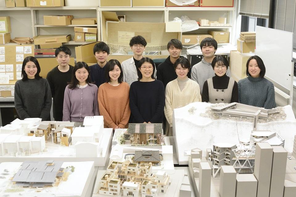 """日本各地の住まいの成り立ちを現地で調べ、 </br>次代に引き継ぐ""""意味と形""""を研究――。 </br>建築の""""継承と更新""""を探求し続ける"""